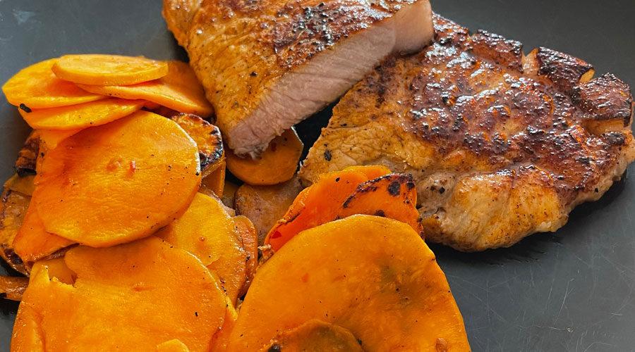 Süßkartoffeln mit Schweinerücken von der Feuerplatte